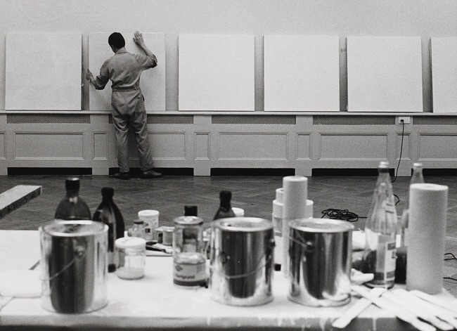 Robert Ryman during the installation of his solo show at Kunsthalle Basel, 1975. [Photo: Christian Baur © photo archives Kunsthalle Basel]