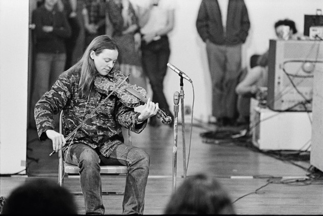 Laurie Anderson performing in 1970